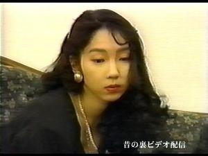 【無修正】まったり系の爆乳娘 相原めぐみの登場です。黒のセクシーな衣装をまといソファの上でスチールカメラマンの注文に服を脱ぎながらオナニー開始。